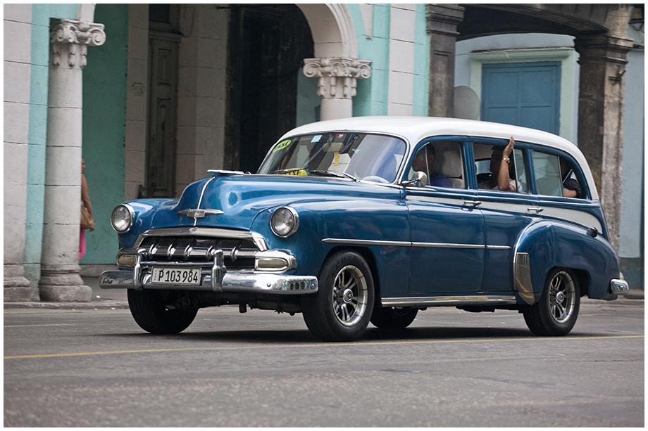 Hawana z pięknym niebieskim samochodem