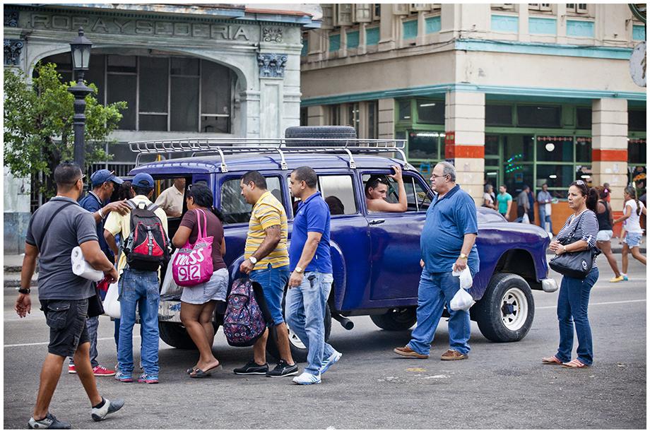 Hawana i ludzie przy taksówce